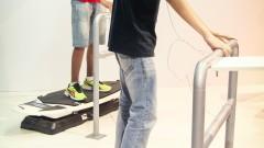 Jovens usam óculos de realidade aumentada 3D, com base em celular em simulador de prancha de surfe. Foto: George Campos / USP Imagens
