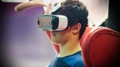 Jovem usa óculos de realidade aumentada 3D, com base em celular. Foto: George Campos / USP Imagens