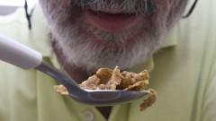 Homem comendo cereais. Foto: Marcos Santos/USP Imagens