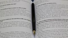 Caneta e livro. Foto: Marcos Santos/USP Imagens