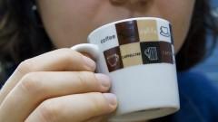 Mulher tomando café. Foto: Marcos Santos/USP Imagens