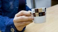 Mulher segurando xícara com café. Foto: Marcos Santos/USP Imagens