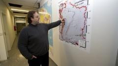 Detalhe do professor Marcelo Belentani de Bianchi localizando estações em mapa, durante entrevista sobre o Centro de Sismologia do Instituto de Astronomia, Geofísica e Ciências Atmosféricas (IAG). Foto: Marcos Santos / USP Imagens