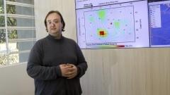 Detalhe do professor Marcelo Belentani de Bianchi com telas de monitoramento ao fundo, durante entrevista sobre o Centro de Sismologia do Instituto de Astronomia, Geofísica e Ciências Atmosféricas (IAG). Foto: Marcos Santos / USP Imagens