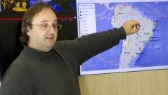 Detalhe do professor Marcelo Belentani de Bianchi com tela de monitoramento ao fundo, durante entrevista sobre o Centro de Sismologia do Instituto de Astronomia, Geofísica e Ciências Atmosféricas (IAG). Foto: Marcos Santos / USP Imagens