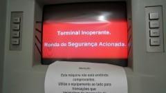 Caixas eletrônicos arrombado por corte com solda. Furto de dinheiro - Foto: Pedro Bolle / USP Imagens