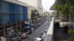 Detalhe de comércios e camelôs na região da Rua 25 de Março, no Centro de São Paulo. Foto: Pedro Bolle / USP Imagens