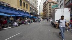 Detalhe de camelôs na Rua 25 de Março, no Centro de São Paulo. Foto: Pedro Bolle / USP Imagens