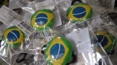 Detalhe de broches com a bandeira brasileira para serem usados como acessórios na Copa do Mundo 2014 no Brasil. Foto: Pedro Bolle / USP Imagens