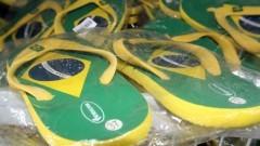 Detalhe de chinelos com a bandeira do Brasil. Foto: Pedro Bolle / USP Imagens