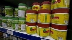 Detalhe de estante com diversos potes de produtos árabes em empório árabe na zona cerealista da cidade de São Paulo. Foto: Pedro Bolle / USP Imagens