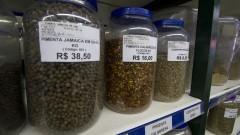 Detalhe de estante com diversos potes de vidro com produtos árabes em empório árabe na zona cerealista da cidade de São Paulo. Foto: Pedro Bolle / USP Imagens
