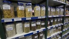 Detalhe de prateleira com diversos produtos árabes em empório árabe na zona cerealista da cidade de São Paulo. Foto: Pedro Bolle / USP Imagens