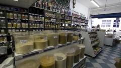 Detalhe de balcão e estantes com diversos recipientes de produtos árabes em empório árabe na zona cerealista da cidade de São Paulo. Foto: Pedro Bolle / USP Imagens