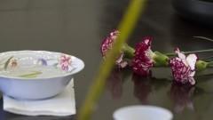 Detalhe de tigela e ramo de flores sobre a mesa no curso de Ikebana (arranjos florais) na Casa de Cultura Japonesa, ligada à Faculdade de Filosofia, Letras e Ciências Humanas (FFLCH). O curso é dado anualmente como parte das atividades de divulgação das arte tradicional japonesa. Foto: Pedro Bolle / USP Imagens