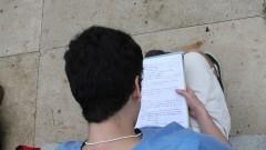 Candidato dá a última conferida antes da prova da FUVEST. Foto: Marcos Santos/USP Imagens