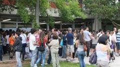 Candidatos aguardam a abertura dos portões. Foto: Marcos Santos/USP Imagens